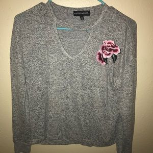 Sweaters - Super cute v-neck rose Sweater 🌷